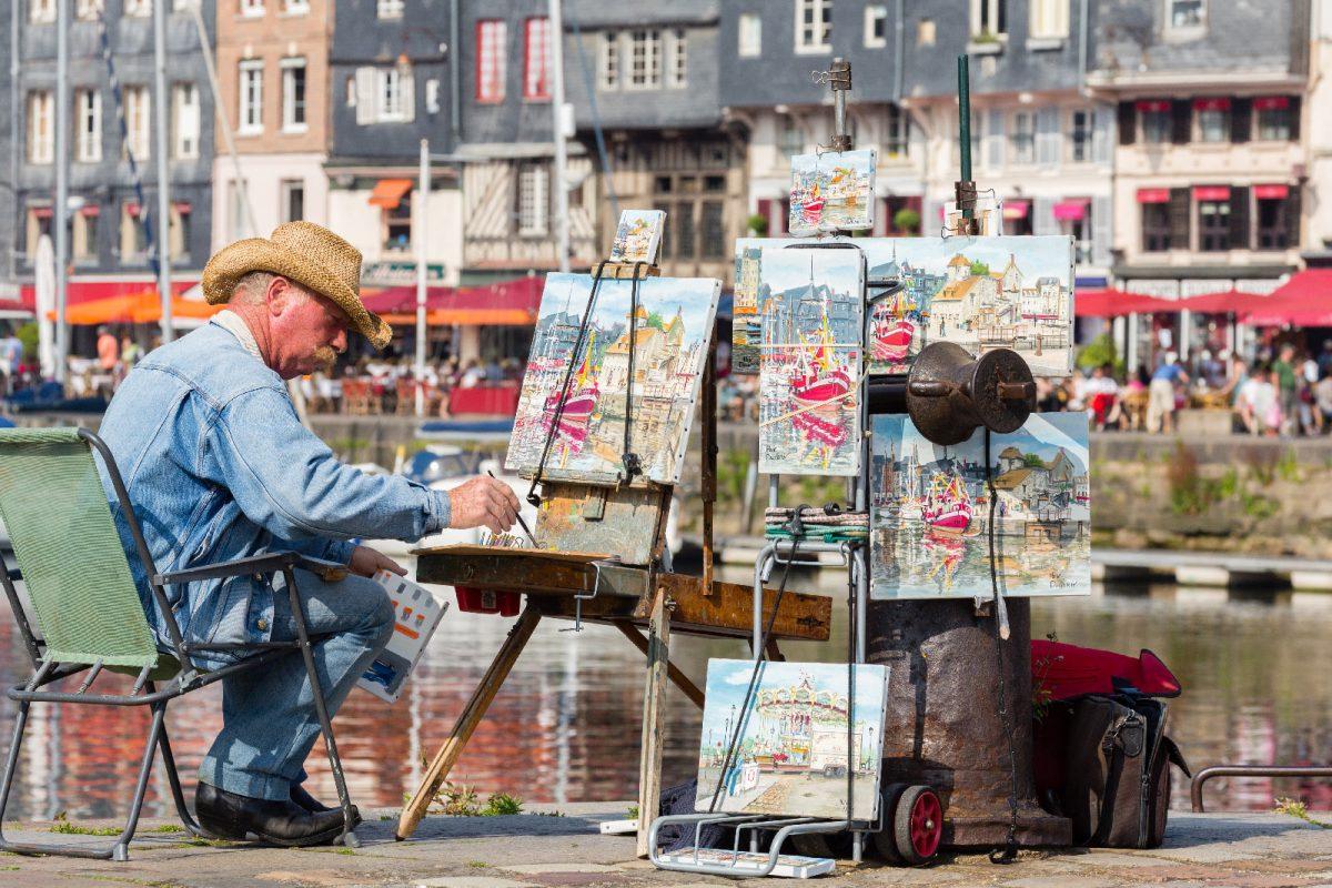 Peintre au bord du vieux Bassin à Honfleur