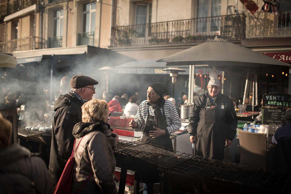 Echange convivial autour d'un stand à la Foire au hareng et à la coquille St Jacques de Dieppe