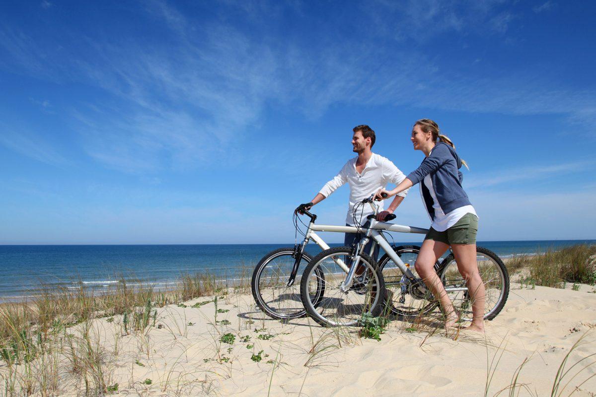 Couple à vélo à la plage