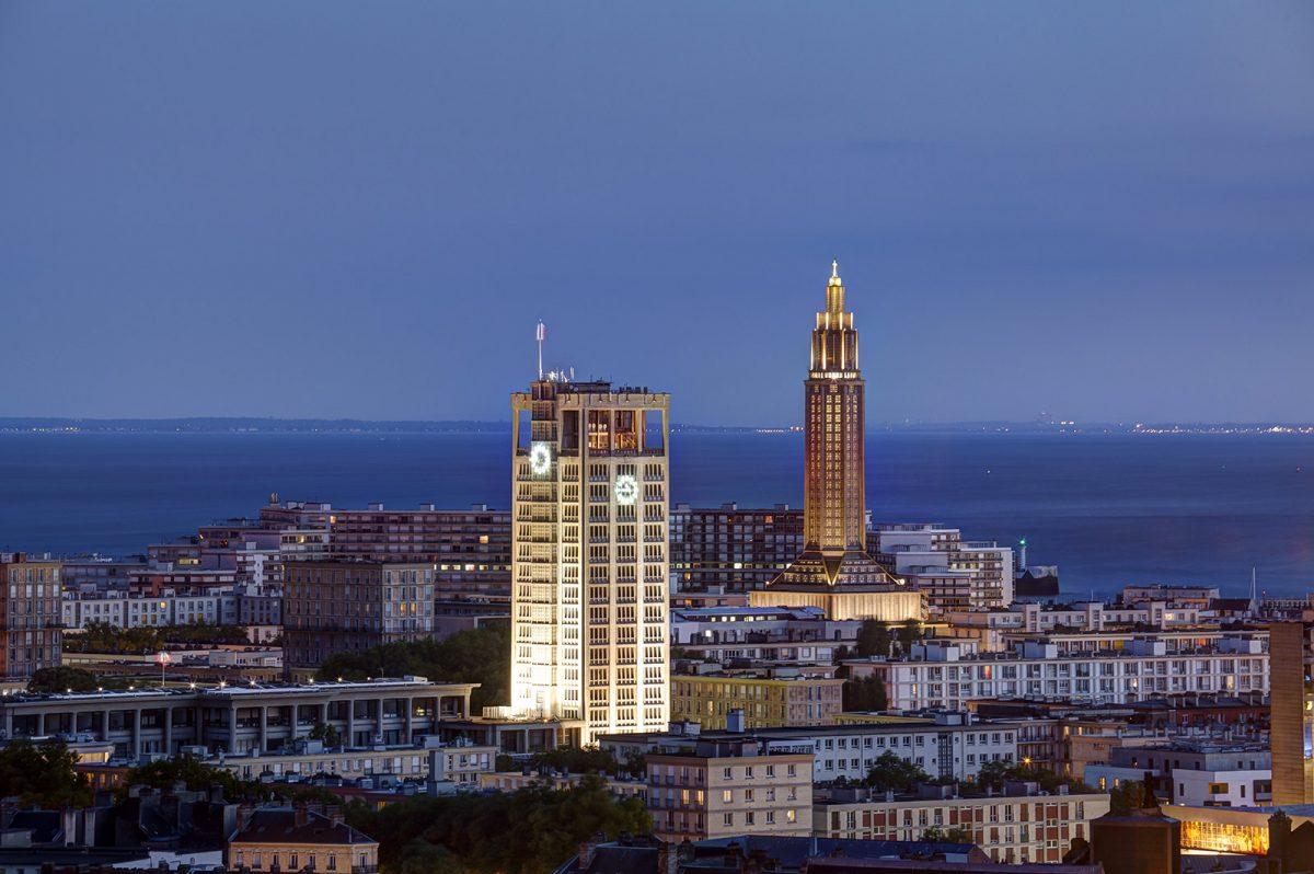 Vue sur la tour de l'hôtel de ville et l'église Saint-Joseph - Le Havre