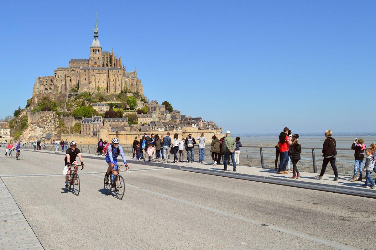 Cycliste au Mont-Saint-Michel