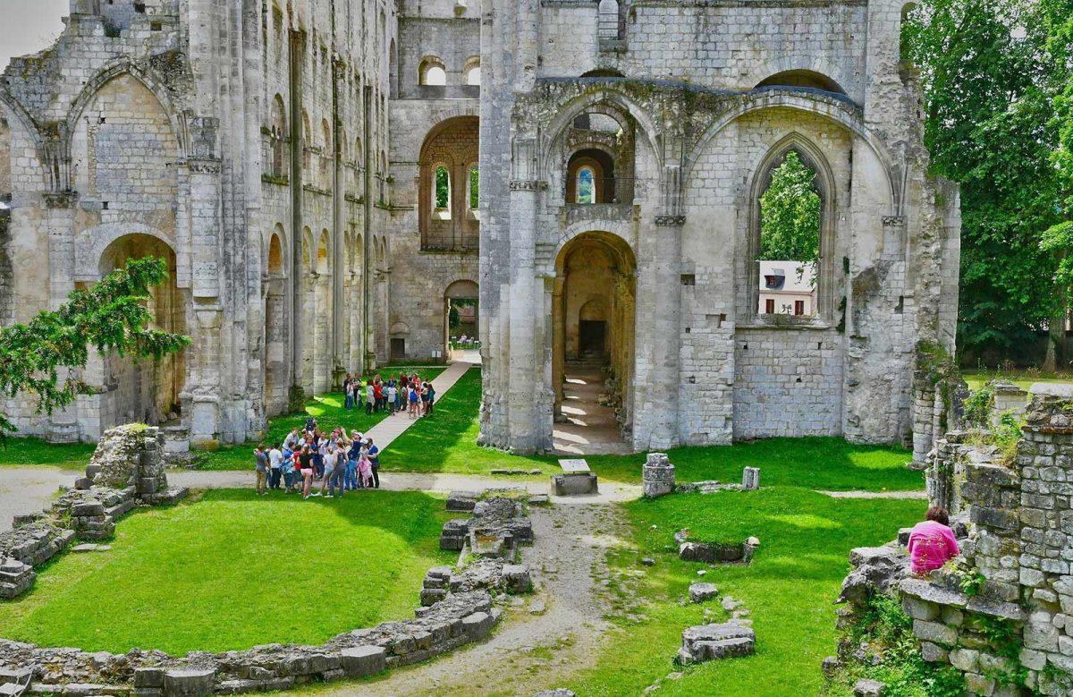 Visiteurs à l'Abbaye de Jumièges