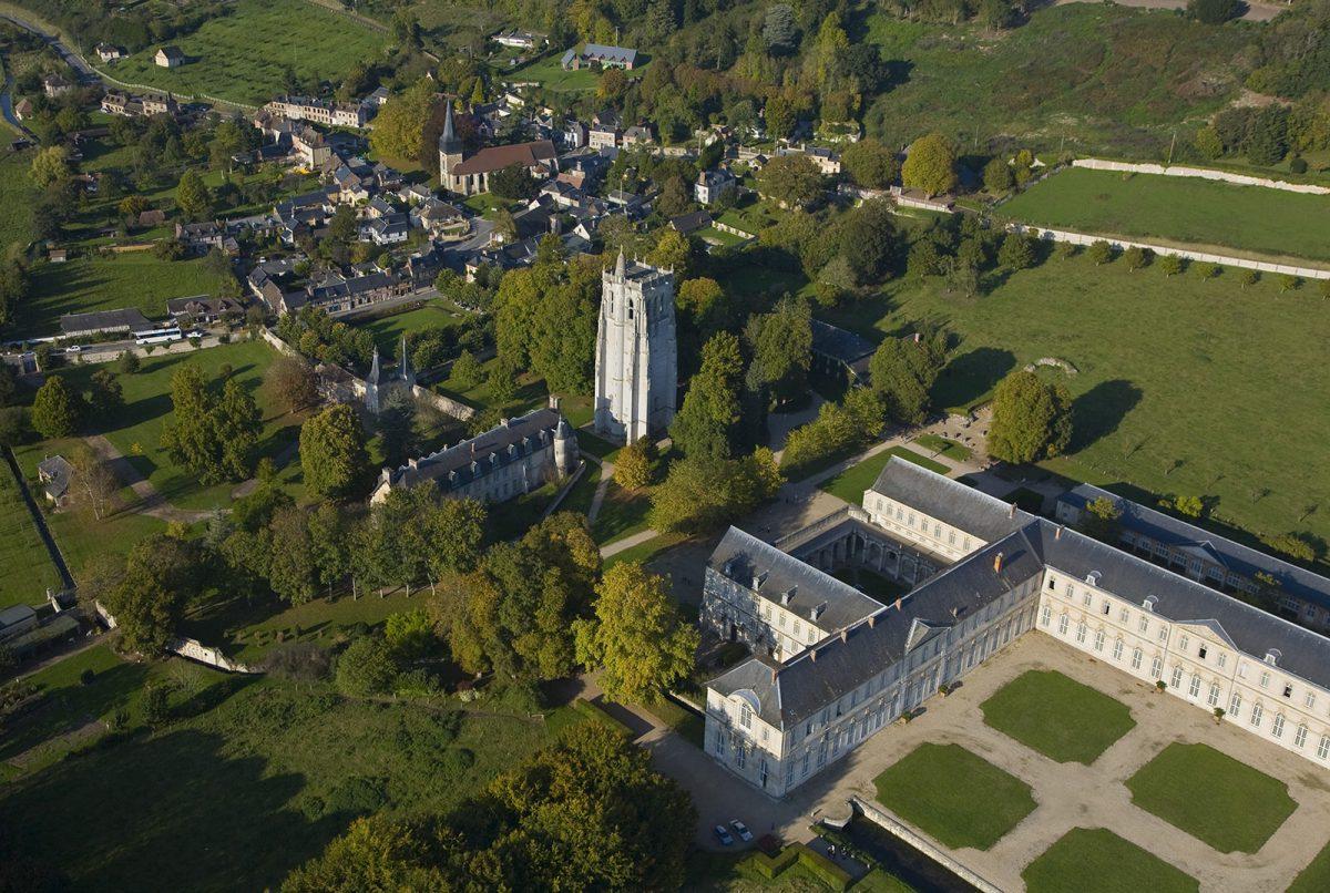 Abbaye du Bec-Hellouin vue du ciel