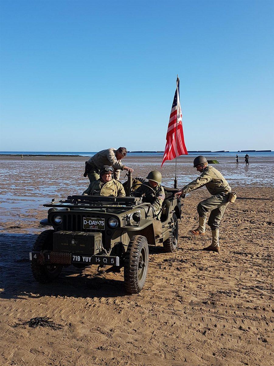 Véhicules militaires sur la plage d'Arromanches - D-Day
