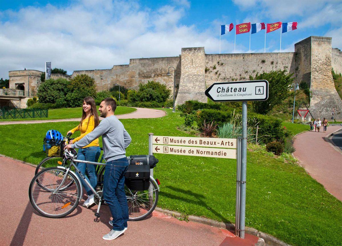 Caen à vélo, devant le château ducal
