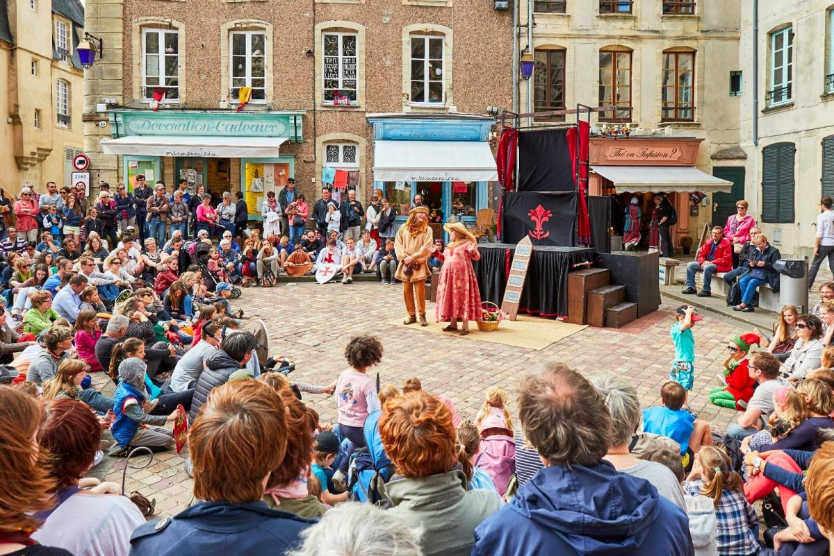 Spectacle de rue lors des fêtes médiévales de Bayeux