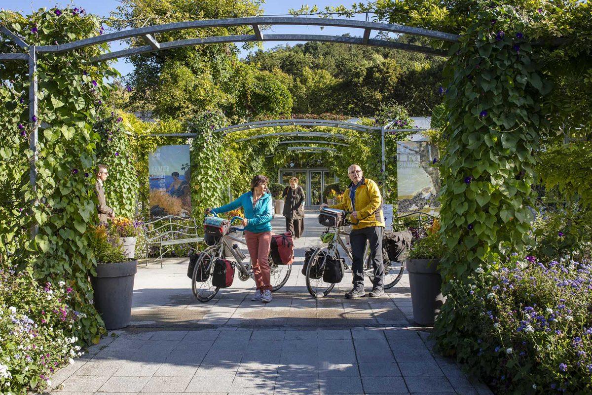 Couple à vélo au musée des impressionnismes - La Seine à Vélo