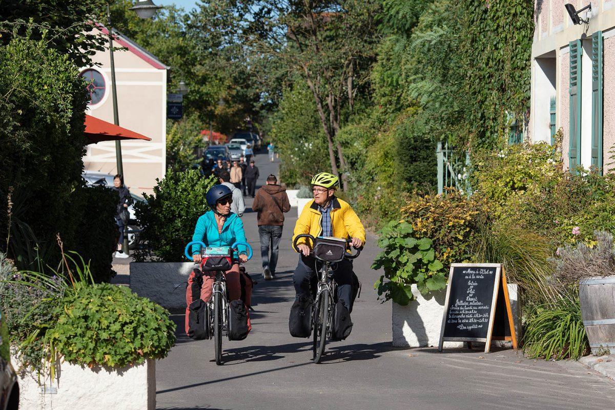 couple à vélo à Giverny