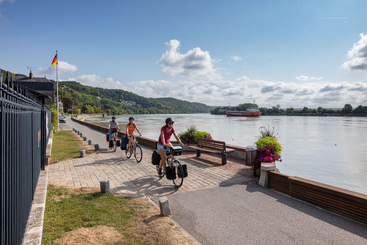 itinéraire Seine à vélo avec deux cycliste longeant la Seine