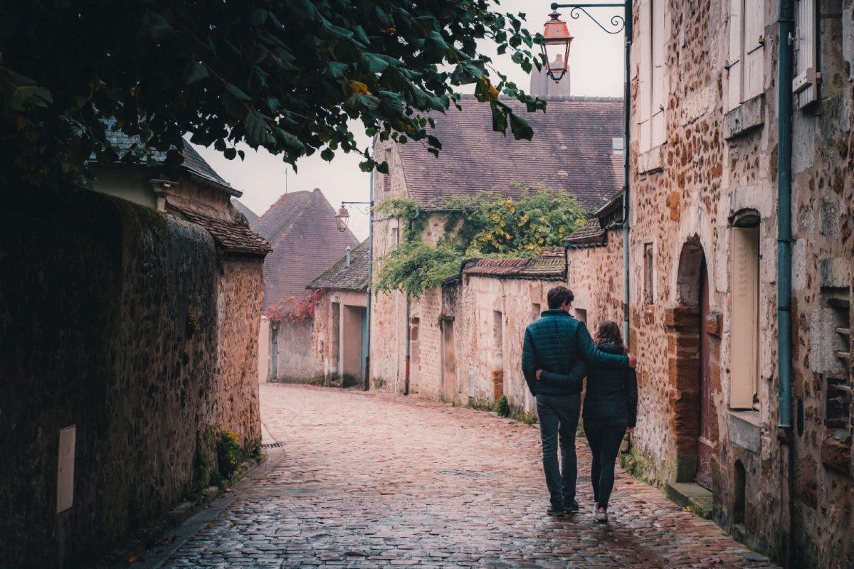 Couple dans les ruelles de Mortagne-au-Perche