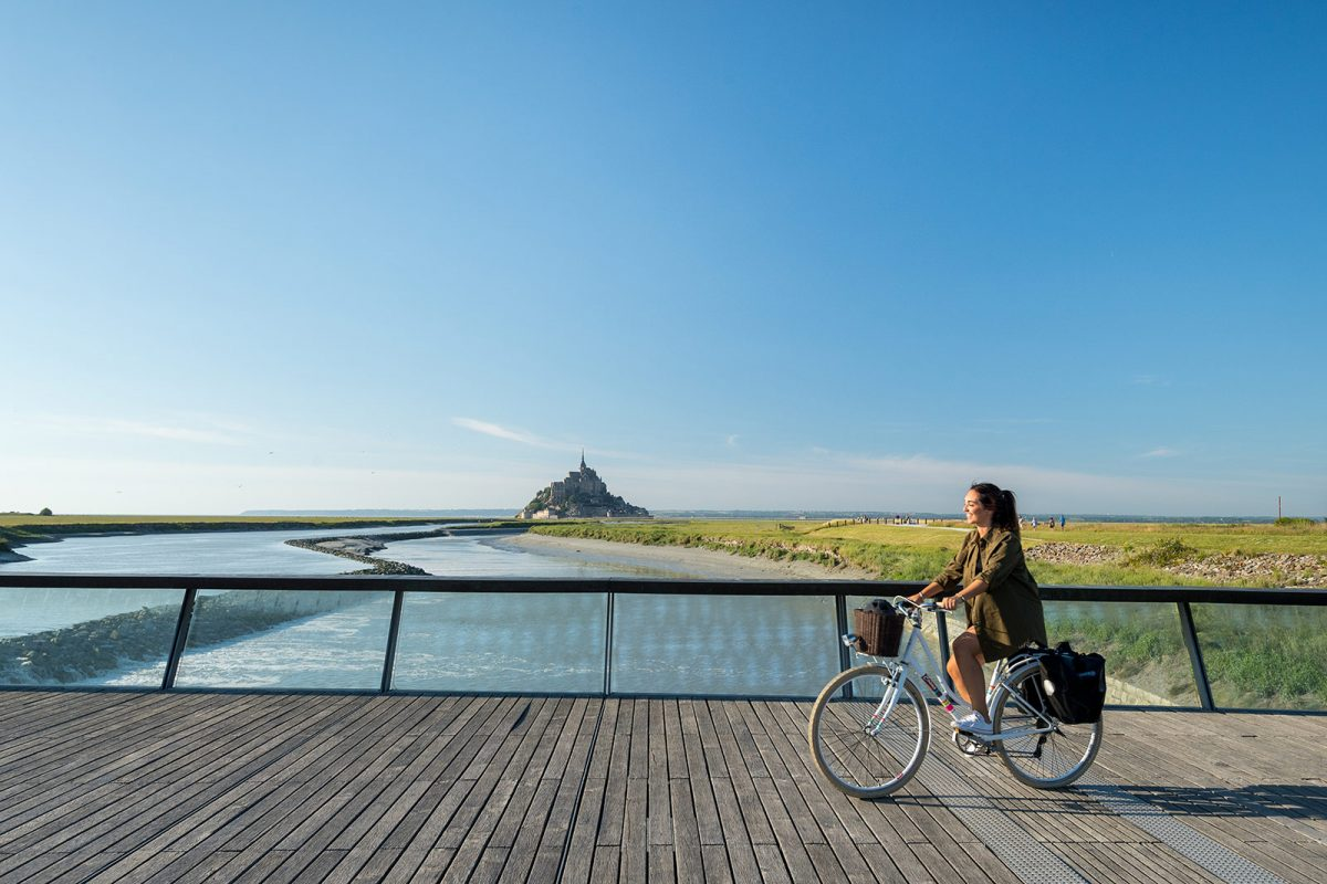 Cycliste au Mont-Saint-Michel