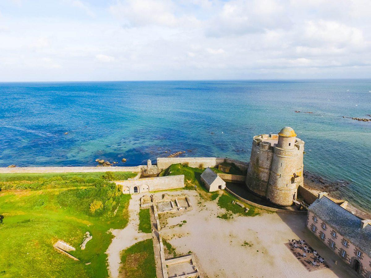 Vue sur la tour Vauban de l'île Tatihou