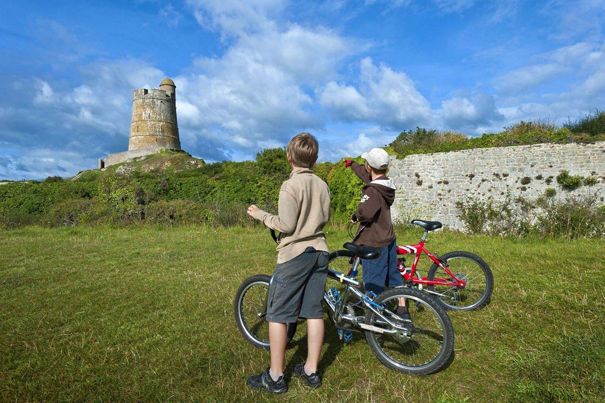 Enfants à vélo à Saint-Vaast-la-Hougue