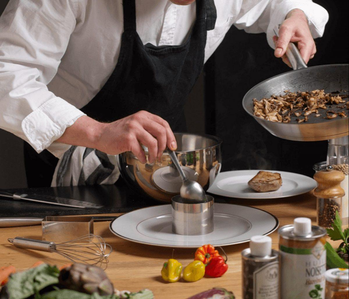 Dressage d'une assiette par un chef à l'aide d'un emporte-pièce